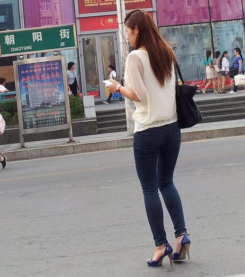 沈阳街拍美女_7.4在沈阳街拍的紧身牛仔裤美女,绝对是性感美腿-美女MM-街拍