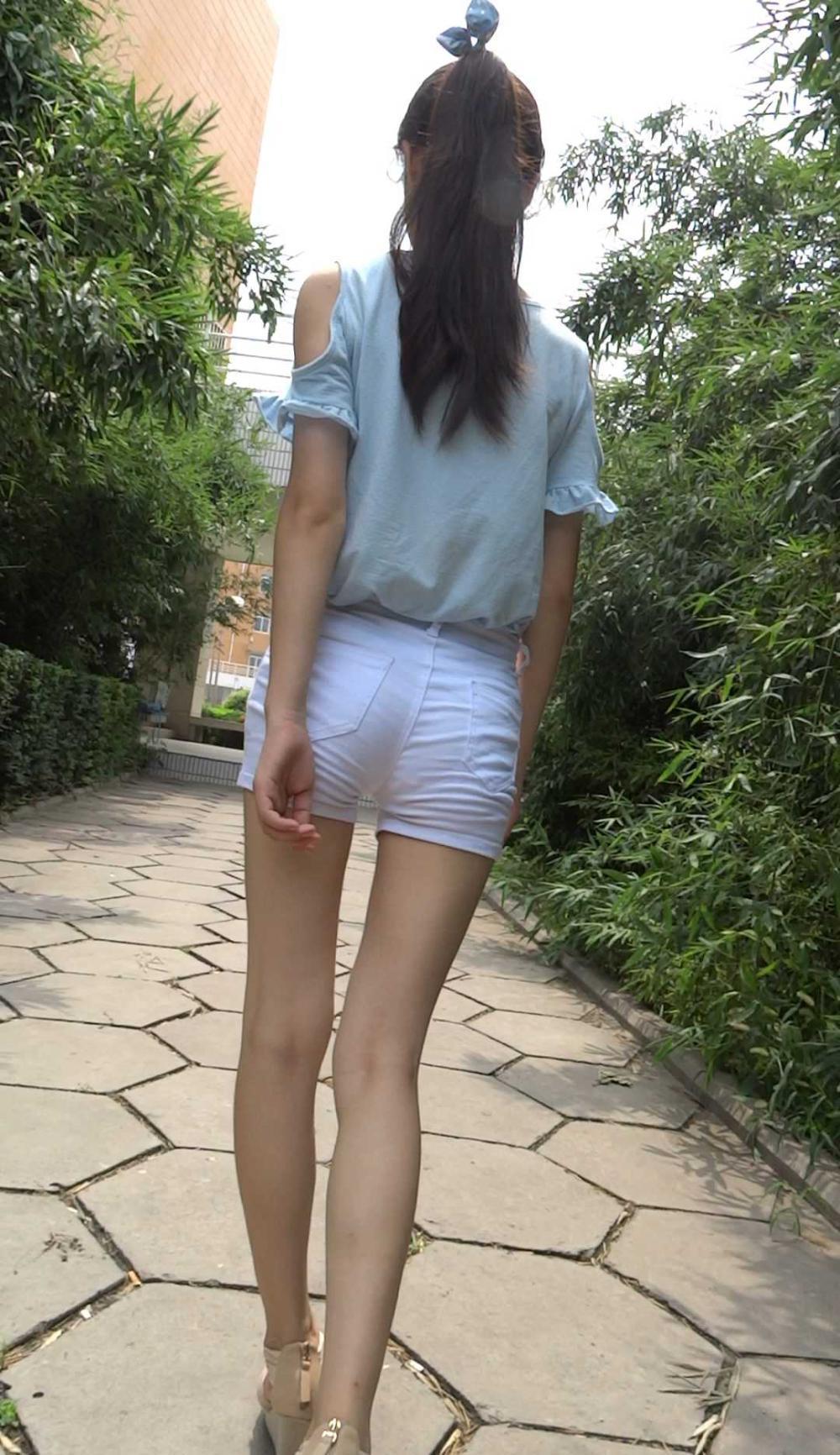 紧身白裤美女图_19.4.6白色紧身裤美女腿型很好看, 但中间缝太大 - 美女MM - 街拍第 ...