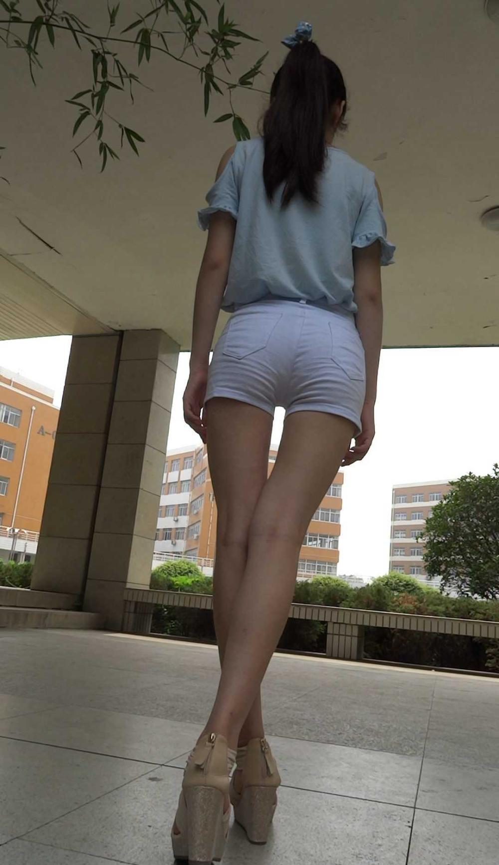 穿紧腿裤图片_19.4.6白色紧身裤美女腿型很好看, 但中间缝太大 - 美女MM - 街拍第 ...