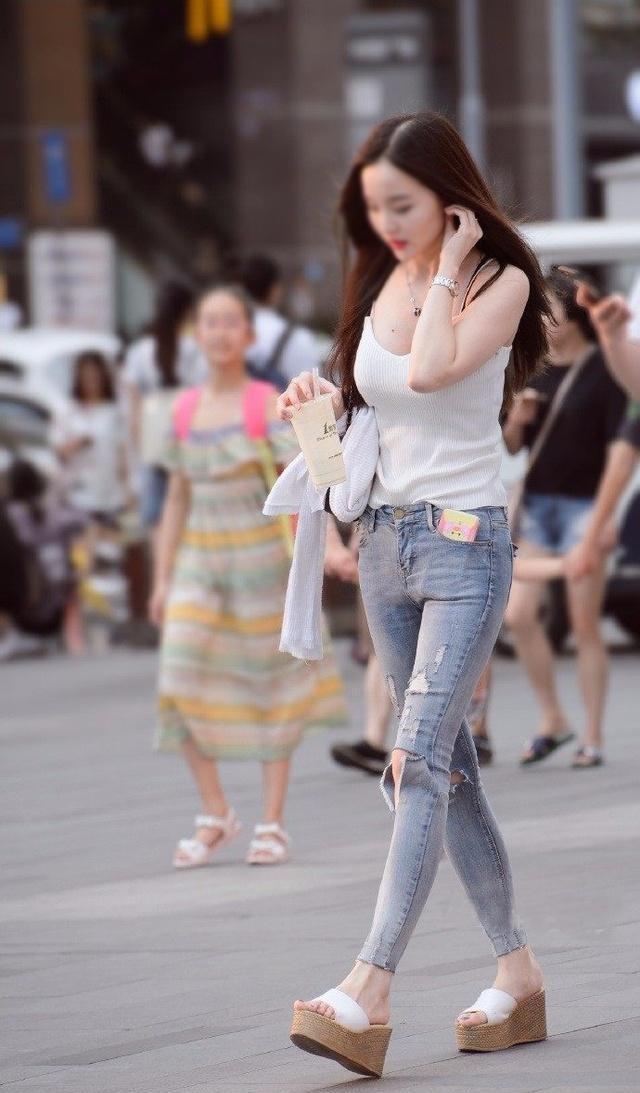 19.04.18街拍: 紧身裤美女穿出干